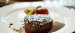 Šťavnatý hovädzí steak s jemne sladkou čiernou omáčkou