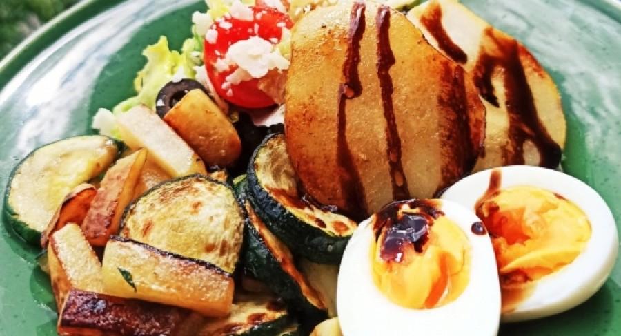 Šalát s grilovanou zeleninou a hruškou si zamilujete